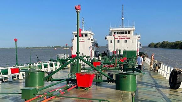 Bắt 2 tàu thủy trong đường dây buôn lậu xăng giả ảnh 1