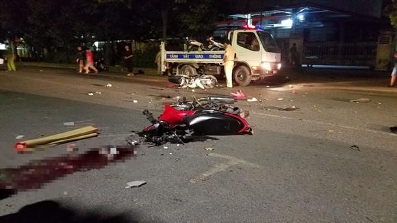 Va chạm 2 xe máy khiến 2 người chết, 2 người trọng thương ở huyện Bình Chánh ảnh 2