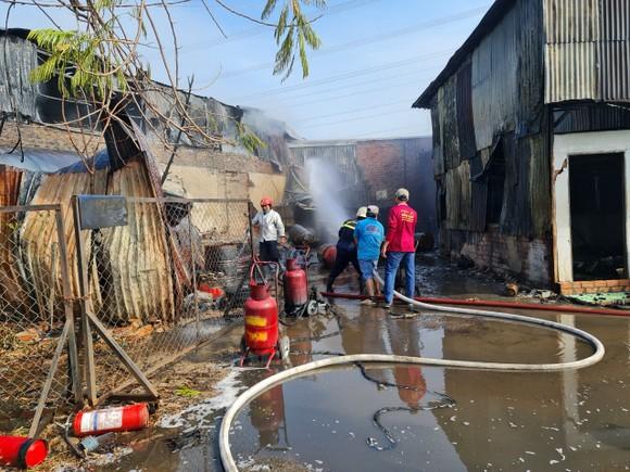 Nhà xưởng bốc cháy dữ dội lan ra dãy trọ ở huyện Bình Chánh ảnh 2
