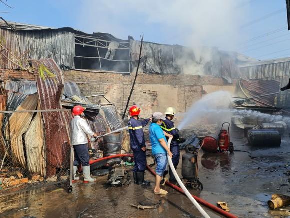Nhà xưởng bốc cháy dữ dội lan ra dãy trọ ở huyện Bình Chánh ảnh 1