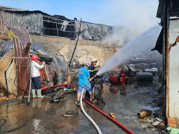 Nhà xưởng bốc cháy dữ dội lan ra dãy trọ ở huyện Bình Chánh ảnh 3
