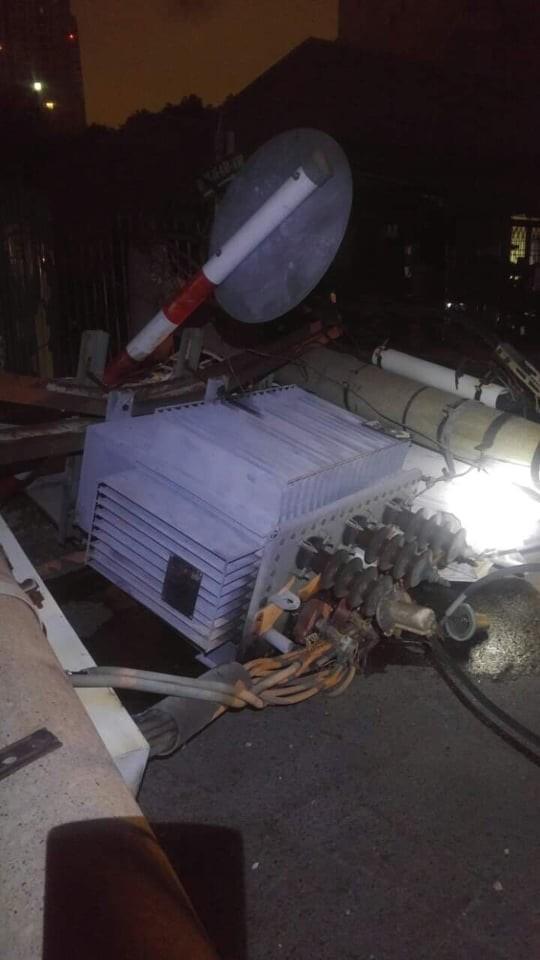 Xe ô tô tông nhiều cột điện khiến hàng trăm hộ dân bị ảnh hưởng, mất điện  ảnh 1