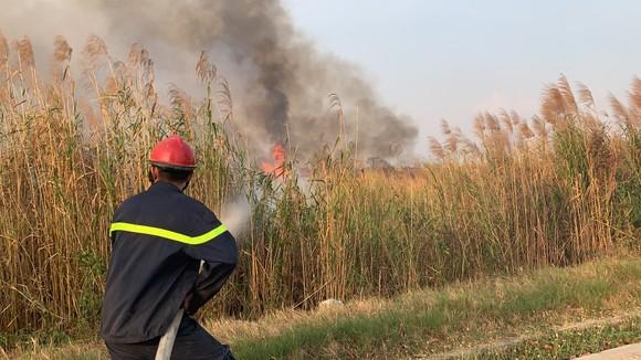 Cháy lớn ở bãi cỏ rộng hàng chục hecta trong khu công nghệ cao ảnh 4
