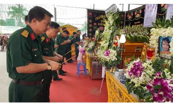 Bộ Tư lệnh TPHCM thăm, động viên gia đình nạn nhân vụ hỏa hoạn 6 người tử vong ảnh 1