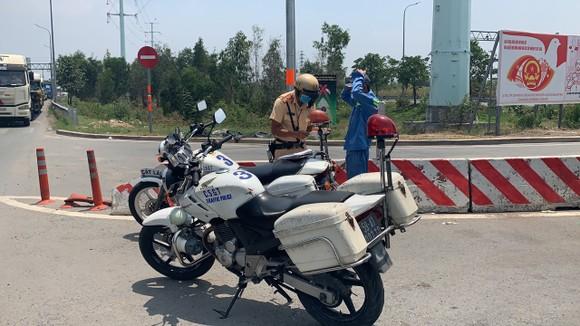 Xử phạt nhiều tài xế xe container dừng đỗ ở vòng xoay Phú Hữu, TP Thủ Đức ảnh 3