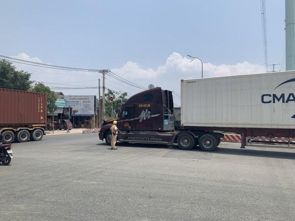 Xử phạt nhiều tài xế xe container dừng đỗ ở vòng xoay Phú Hữu, TP Thủ Đức ảnh 2