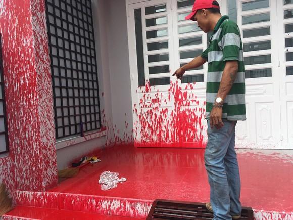 """Một nhà dân liên tục bị """"khủng bố"""" bằng sơn ở quận Bình Tân ảnh 1"""