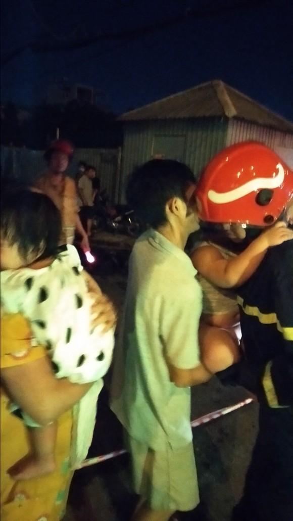 Giải cứu 24 người thoát khỏi chung cư mini bốc cháy ở quận 7 ảnh 5