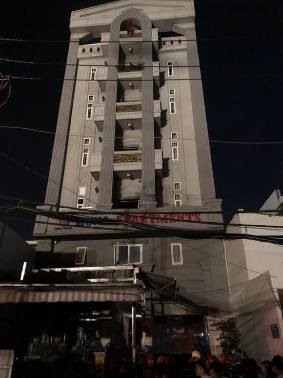 Giải cứu 24 người thoát khỏi chung cư mini bốc cháy ở quận 7 ảnh 1