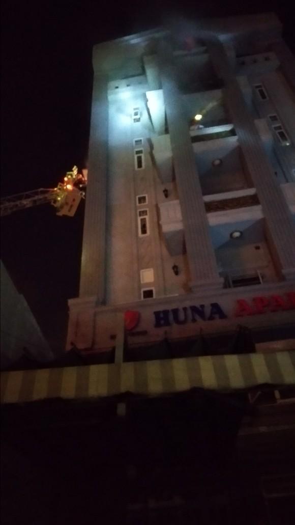 Giải cứu 24 người thoát khỏi chung cư mini bốc cháy ở quận 7 ảnh 2