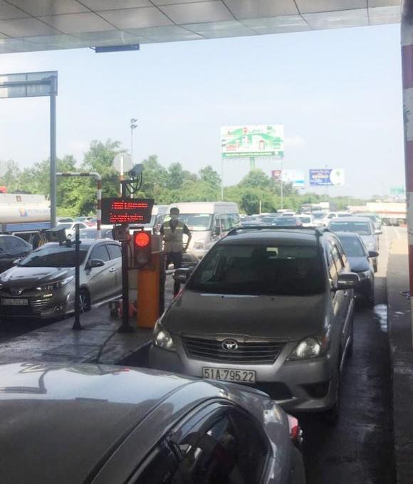 CSGT phạt đơn vị quản lý cao tốc vì không xả trạm thu phí khi ùn tắc kéo dài ảnh 2
