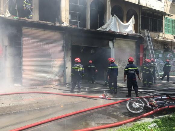 Lực lượng chữa cháy ở hiện trường. Ảnh: C.T