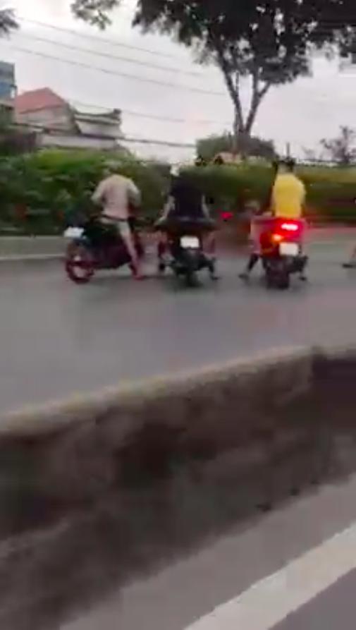 """Hàng trăm """"quái xế"""" lại chặn quốc lộ 22, huyện Hóc Môn để đua xe ảnh 5"""