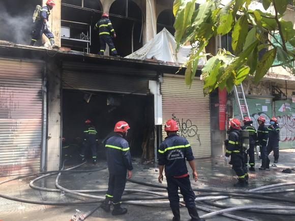 Tạm giữ một số người liên quan trong vụ cháy ở đường Trần Hưng Đạo, quận 1 ảnh 2