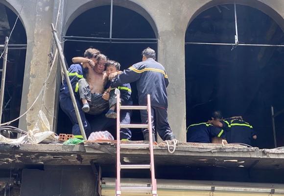 Tạm giữ một số người liên quan trong vụ cháy ở đường Trần Hưng Đạo, quận 1 ảnh 3