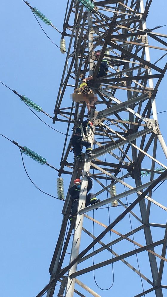 Giải cứu người phụ nữ leo lên cột điện cao thế ở TP Thủ Đức ảnh 1