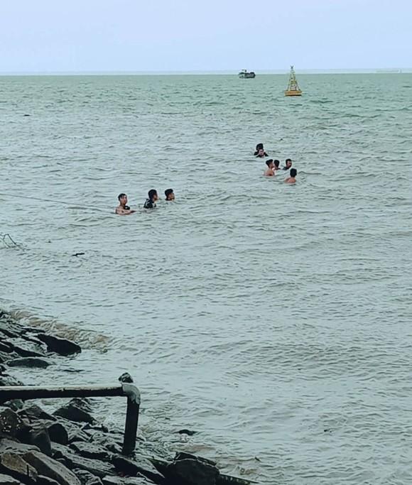 Tìm thấy thi thể bé gái 2 tuổi rơi xuống sông Soài Rạp ở huyện Cần Giờ ảnh 1