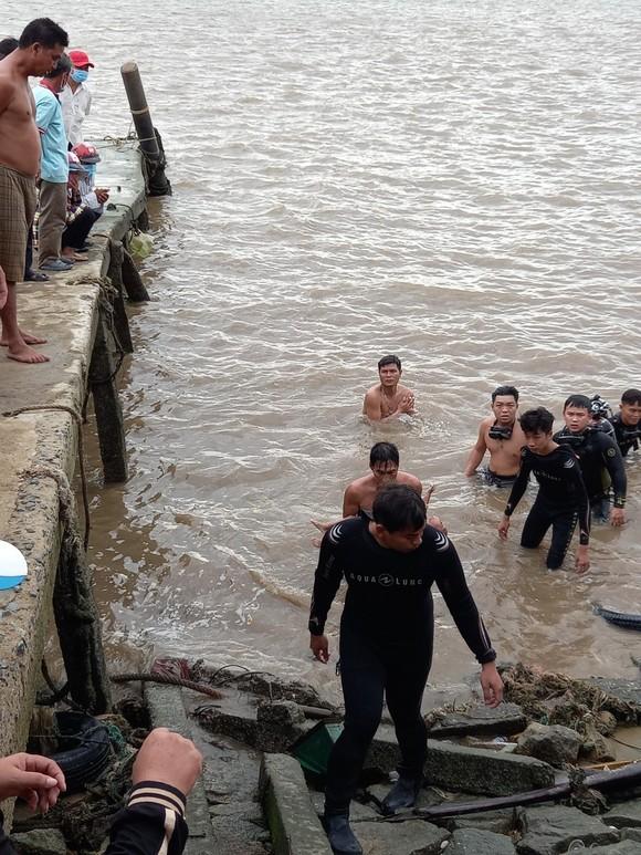 Tìm thấy thi thể bé gái 2 tuổi rơi xuống sông Soài Rạp ở huyện Cần Giờ ảnh 2