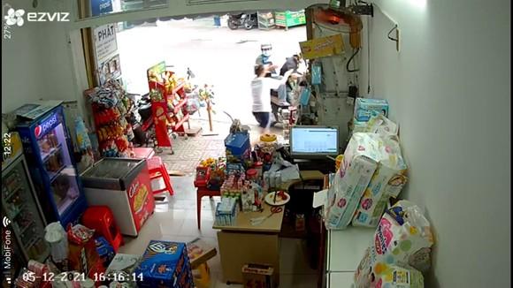 Bắt 2 'bợm nhậu' chuyên giả vờ mua rồi cướp bia của các cửa hàng ở TP Thủ Đức ảnh 2