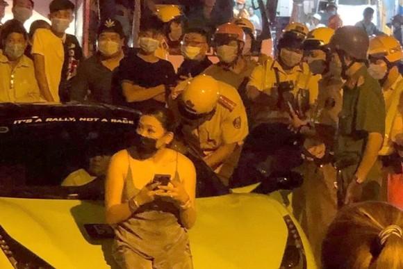 """CSGT TPHCM tiếp tục xử phạt với tài xế đi """"siêu xe"""" Ferrari lăng mạ, chống đối vừa bị khởi tố"""