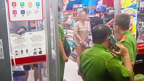 Người phụ nữ không đeo khẩu trang nơi công cộng bị xử phạt 2 triệu đồng ảnh 1