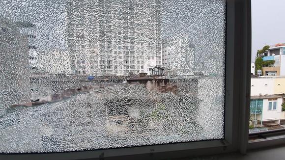 Tấm kính bị bắn vỡ