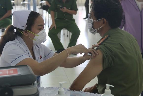 Công an TPHCM triển khai tiêm vaccine Covid-19 cho cán bộ, chiến sĩ ảnh 3