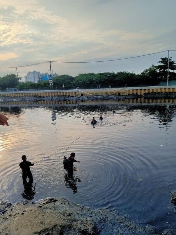 Trên đường đi khám bệnh, người đàn ông nhảy sông tự tử  ảnh 1
