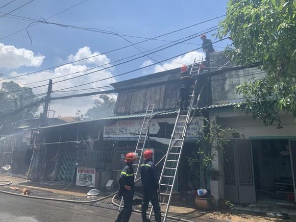 Căn nhà bốc cháy lan sang nhiều nhà khác ở TP Thủ Đức ảnh 5
