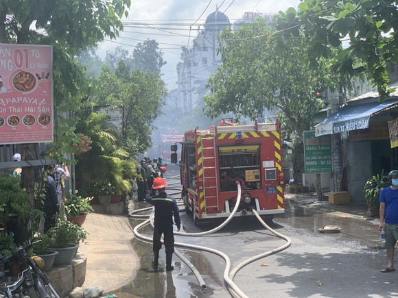 Căn nhà bốc cháy lan sang nhiều nhà khác ở TP Thủ Đức ảnh 3