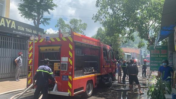 Căn nhà bốc cháy lan sang nhiều nhà khác ở TP Thủ Đức ảnh 4
