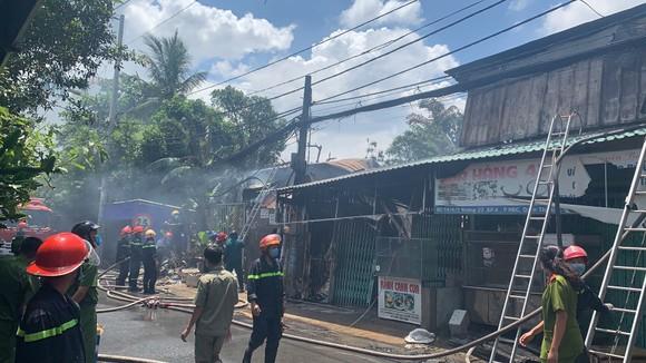 Căn nhà bốc cháy lan sang nhiều nhà khác ở TP Thủ Đức ảnh 1