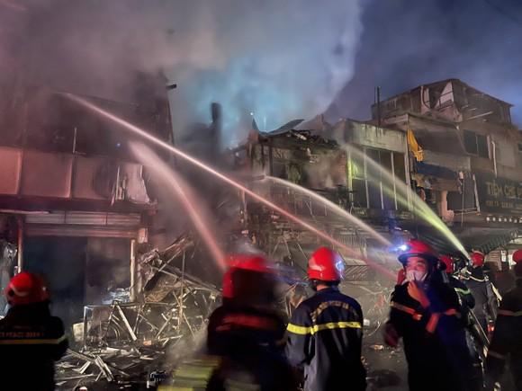 Cháy lớn nhiều nhà ở đường Nguyễn Thượng Hiền, quận 3  ảnh 2