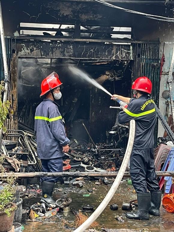 Nhà dưới cầu Chánh Hưng, quận 8 bốc cháy kèm nhiều tiếng nổ ảnh 2