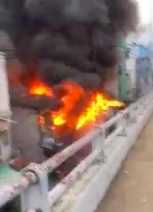 Ngọn lửa bùng cháy dữ dội kèo theo nhiều tiếng nổ