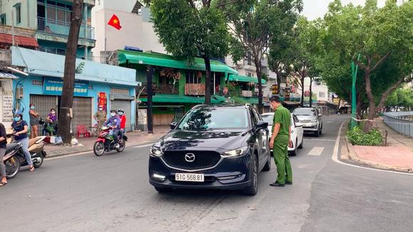 Công an quận Tân Bình tăng cường kiểm soát người tham gia giao thông thực hiện Chỉ thị 16 ảnh 3