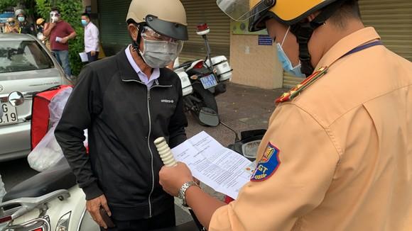 Công an quận Tân Bình tăng cường kiểm soát người tham gia giao thông thực hiện Chỉ thị 16 ảnh 2