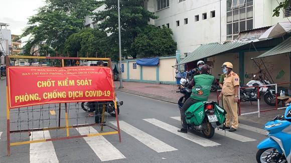 Công an quận Tân Bình tăng cường kiểm soát người tham gia giao thông thực hiện Chỉ thị 16 ảnh 5