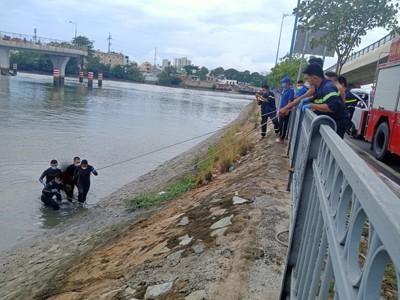 Tìm thấy thi thể người phụ nữ nhảy cầu Nguyễn Văn Cừ tự tử ảnh 2