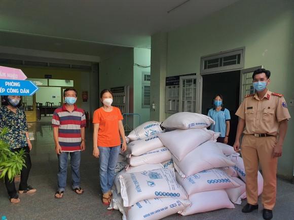 CSGT TPHCM trao tặng gạo, mì, rau, củ… cho người dân có hoàn cảnh khó khăn ảnh 1