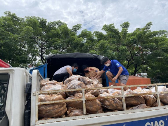 CSGT TPHCM trao tặng gạo, mì, rau, củ… cho người dân có hoàn cảnh khó khăn ảnh 3