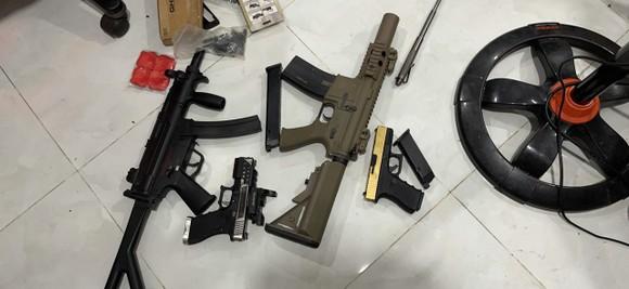 Công an TPHCM bắt nhóm đối tượng làm giả giấy tờ đi đường thu súng, đạn, ma tuý ảnh 5