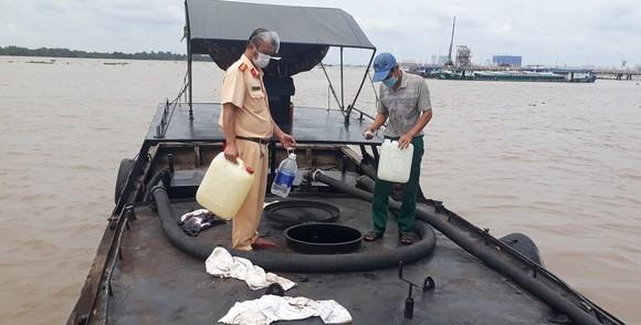 Phát hiện ghe gỗ chứa hơn 10.000 lít nghi dầu DO không rõ nguồn gốc trên sông Sài Gòn ảnh 1