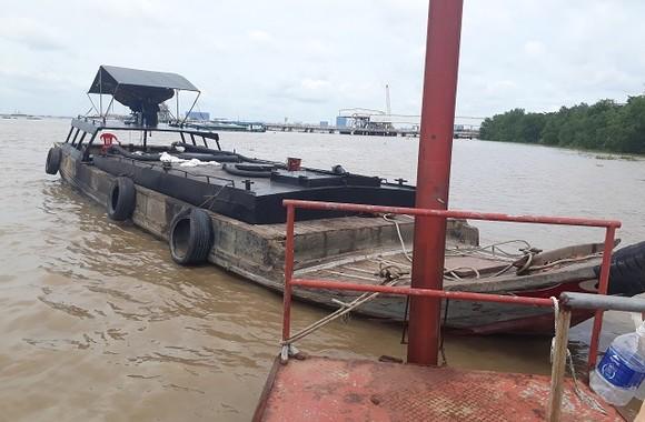 Phát hiện ghe gỗ chứa hơn 10.000 lít nghi dầu DO không rõ nguồn gốc trên sông Sài Gòn ảnh 2