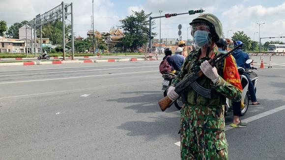 Lực lượng quân đội tại chốt trạm TP Thủ Đức vào sáng ngày 23-8. Ảnh: CHÍ THẠCH