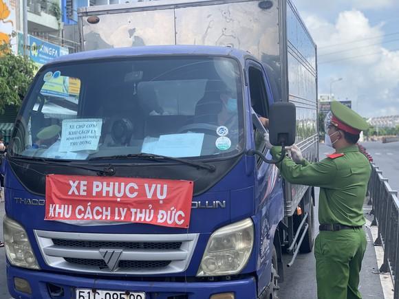 Công an hướng dẫn kiểm tra phương tiện ra vào tại các chốt trạm nội thành TPHCM ảnh 1