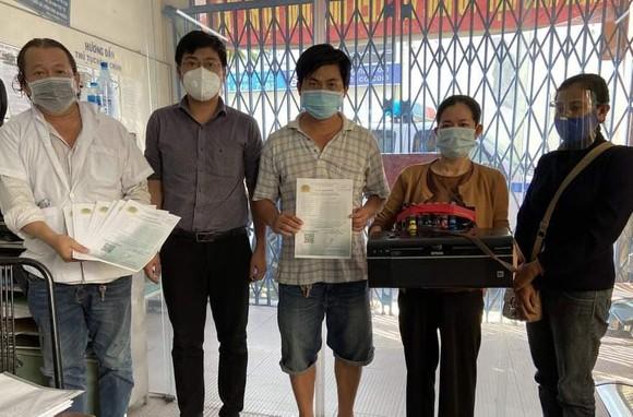 Phát hiện nhóm người làm giả giấy đi đường mới ở TPHCM ảnh 1