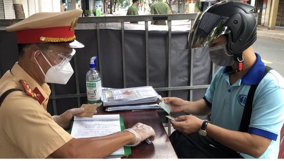 Phát hiện nhóm người làm giả giấy đi đường mới ở TPHCM ảnh 3