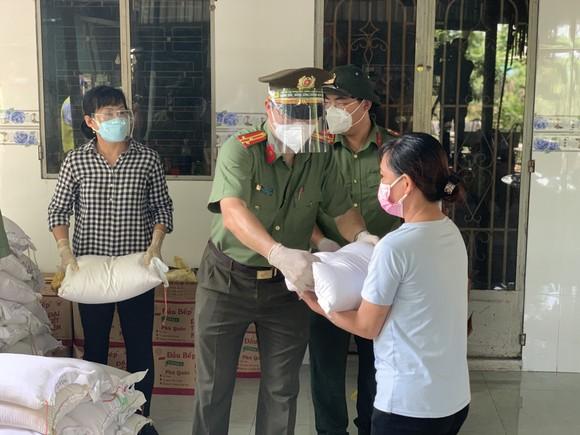 Công an TPHCM tặng quà cho người dân khó khăn do dịch Covid-19 ảnh 4