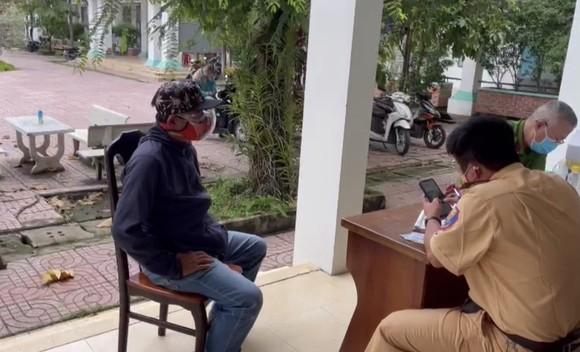 Tài xế dùng giấy tờ quân đội giả chở người từ Đồng Nai lên TPHCM tiêm vaccine ảnh 1